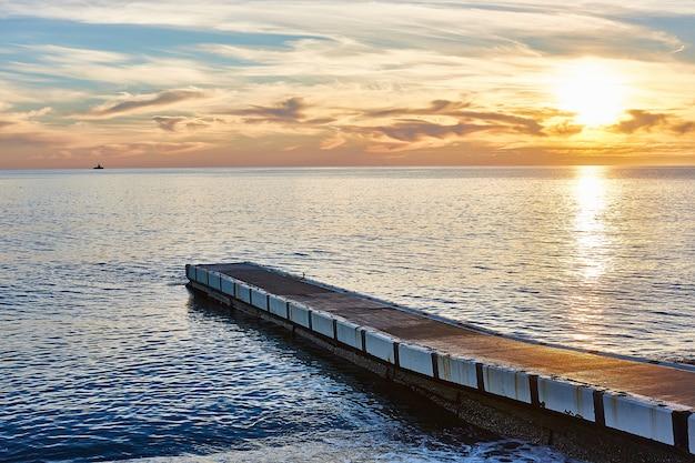 Wspaniały zachód słońca w soczi morza czarnego