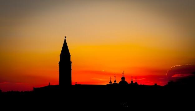Wspaniały zachód słońca z czystym niebem dla copyspace w wenecji, włochy
