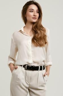 Wspaniały żeński brunetka model w biel ubraniach