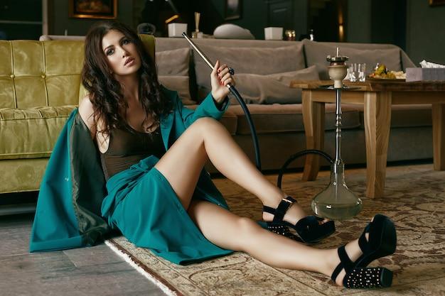 Wspaniały zmysłowy model brunetka w garnitur moda relaks z fajki