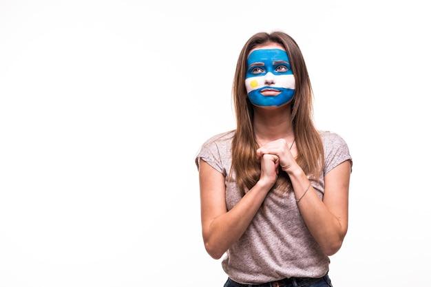 Wsparcie fanów reprezentacji argentyny modli się z pomalowaną twarzą na białym tle
