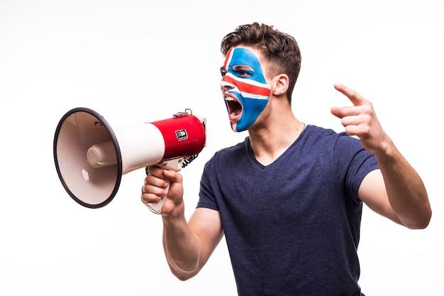 Wsparcie fanów reprezentacji islandii z pomalowaną twarzą krzyczącą z głośnika na białym tle
