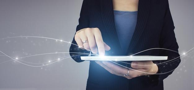 Wsparcie techniczne obsługa klienta biznes technologia internet. biała tabletka w ręku bizneswoman z cyfrowym hologramem fala ikona znak na szarym tle. innowacja, technologia koncepcji big data.