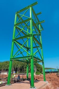 Wsparcie zielonej konstrukcji stalowej dla sprzętu na budowie.