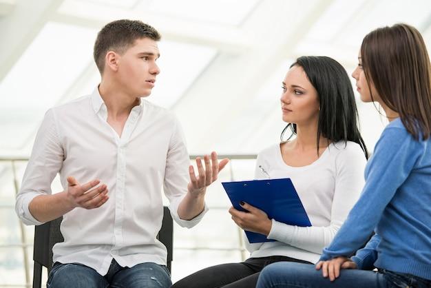 Wspieraj dyskusję grupową na temat terapii.