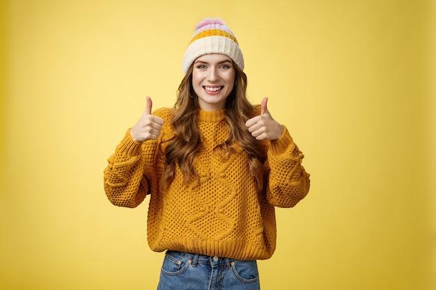 Wspierająca atrakcyjna dziewczyna s lubi twój pomysł pokaż kciuki w górę pozytywna odpowiedź odpowiedź t...