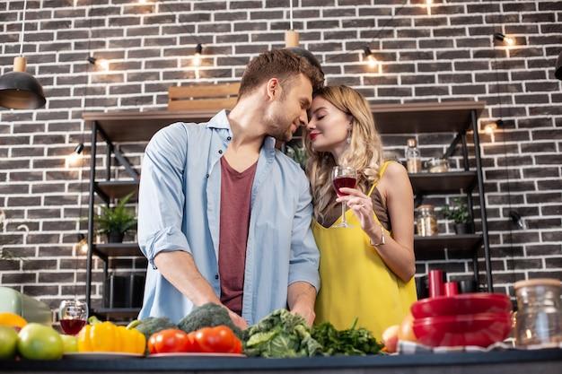 Wspierający człowiek. kręcone blond włosy atrakcyjna kobieta czuje się niezwykle szczęśliwa ze swoim wspierającym mężczyzną
