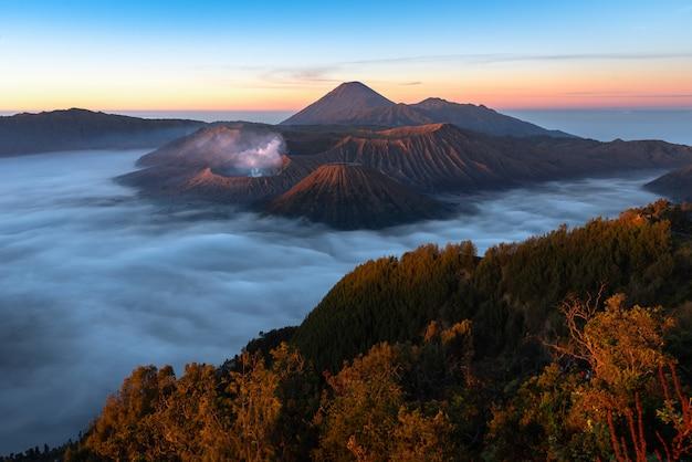 Wspina się bromo, aktywny wulkan i część masywu tengger we wschodniej jawie w indonezji.