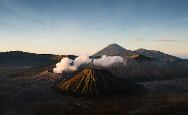 Wspina się bromo aktywny wulkan z słońce jaśnieniem zestrzela, wschodni jawa, indonezja