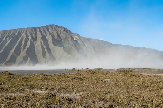 Wspina się bromo wulkan podczas wschód słońca od punktu widzenia na górze penanjakan (gunung bromo)