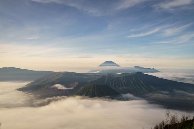 Wspina się bromo wulkan w wschodnim jawa indonezja (gunung bromo)