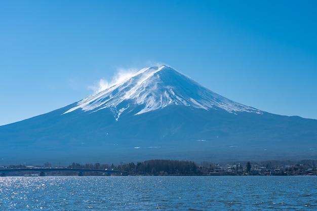 Wspina się fuji z jeziornym kawaguchiko w yamanachi, japonia