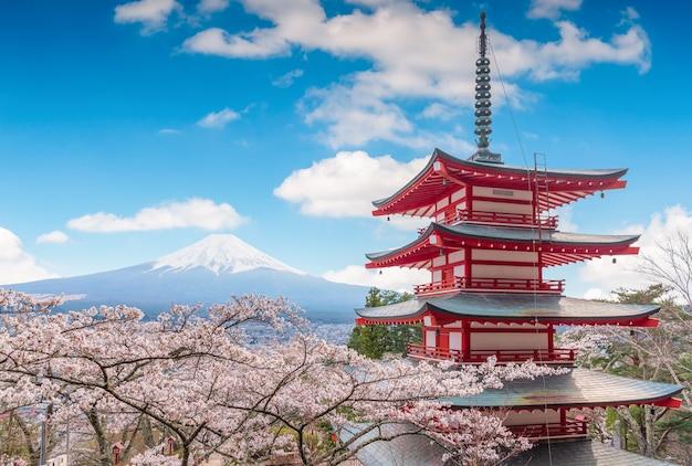Wspina się fujisan pięknych krajobrazy na niebieskim niebie.