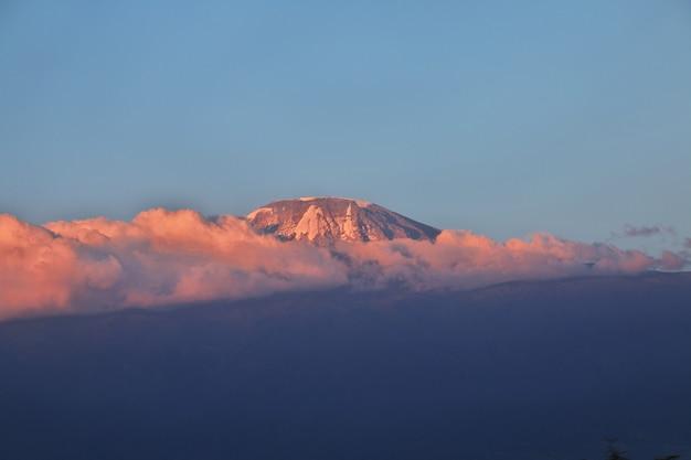 Wspina się kilimanjaro przy zmierzchem, tanzania