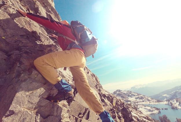 Wspinacz wspina się po skalistym terenie