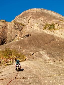 Wspinacz wspinaczka po skalistej ścianie skalnej w brazylii