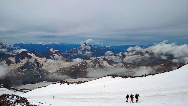 Wspinacze wspinają się na elbrus