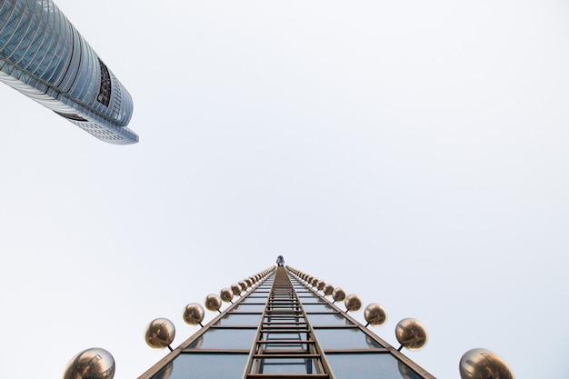 Wspinaczka po jednym z najwyższych budynków na świecie