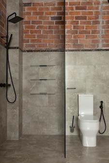 Współczesna łazienka z prysznicem i toaletą