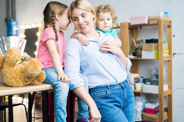 Współczesna matka z dwójką uroczych dzieci