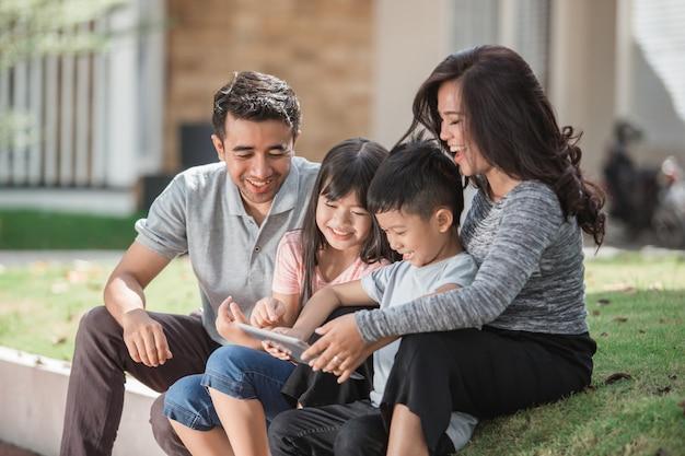 Współczesna młoda rodzina używa pastylkę