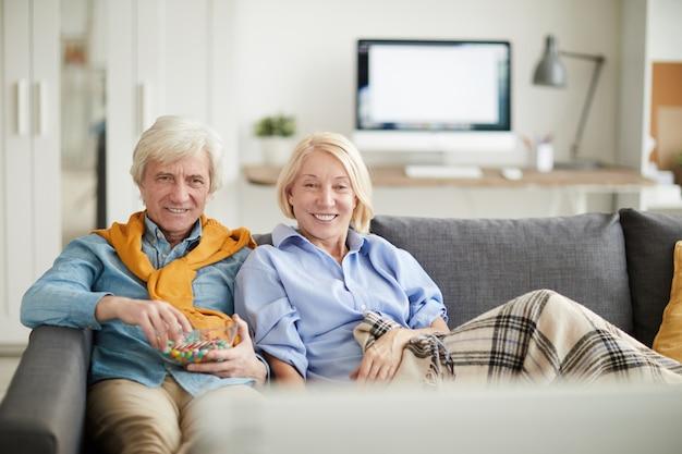 Współczesna para starszych oglądania telewizji