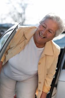 Współczesna starsza kobieta mieszkająca w mieście
