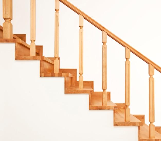 Współczesne brązowe drewniane schody w domu
