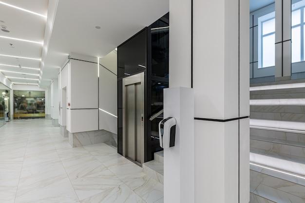 Współczesne centrum biznesowe korytarza w białych kafelkach z marmurem