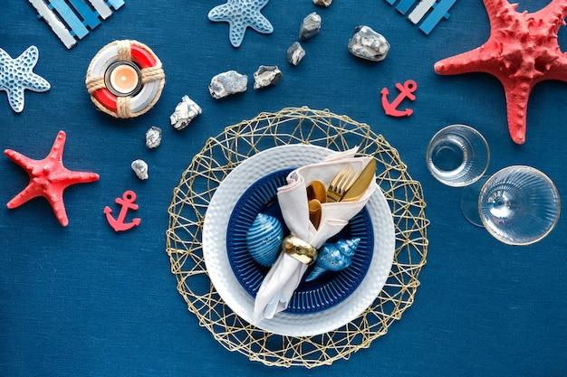 Współczesne ustawienie nautyczne, dekoracje morskie na klasycznej niebieskiej tkaninie lnianej.