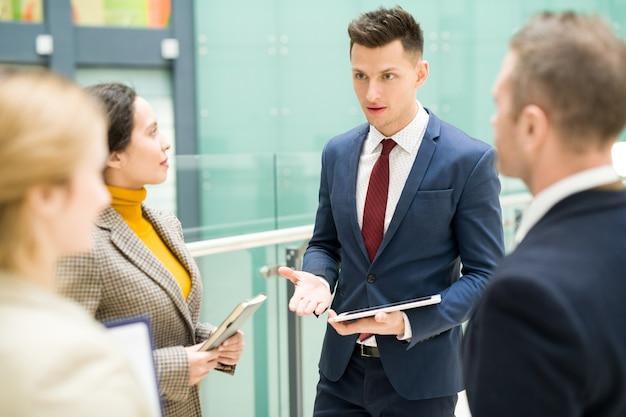 Współcześni ludzie biznesu dyskutuje pracę