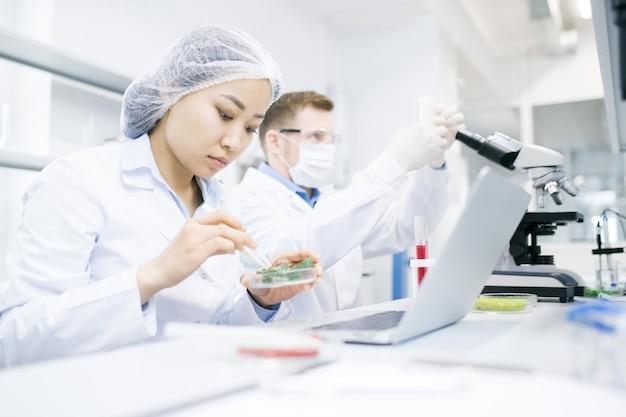 Współcześni naukowcy prowadzący badania w laboratorium
