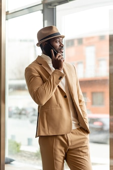 Współczesny człowiek afroamerykanin w beżowym garniturze