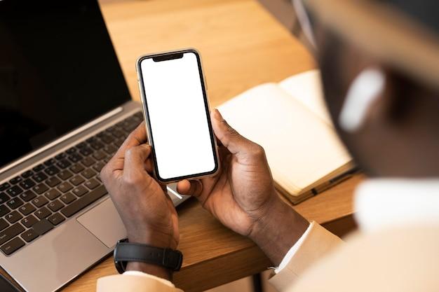 Współczesny człowiek sprawdza swój telefon