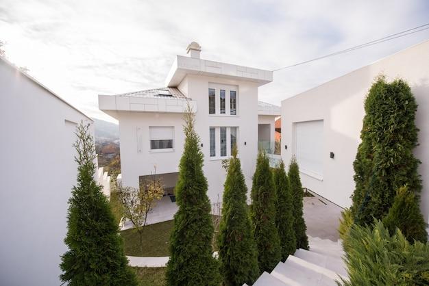Współczesny piękny nowoczesny biały dom na zewnątrz