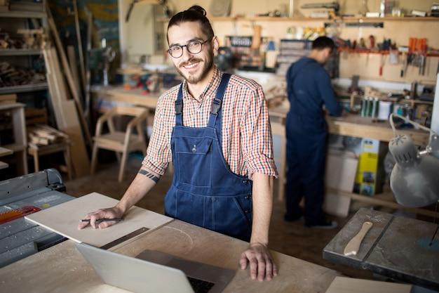 Współczesny pracownik uśmiecha się do kamery