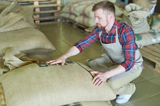 Współczesny przedsiębiorca z torebkami z kawą