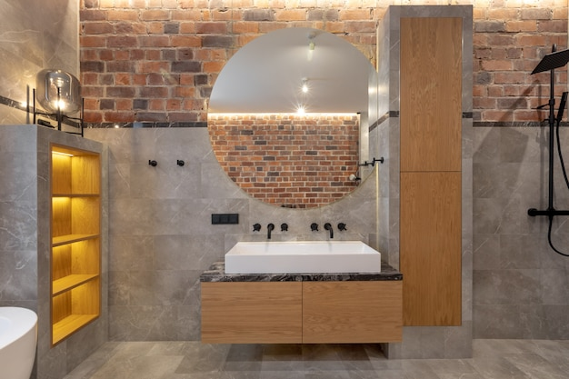 Współczesny wystrój wnętrza przytulnej łazienki z prysznicem w mieszkaniu