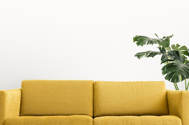 Współczesny wystrój wnętrza salonu z żółtą sofą