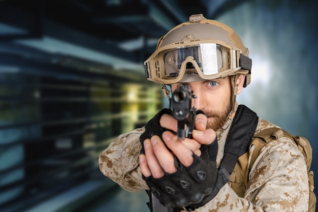 Współczesny żołnierz z pistoletem