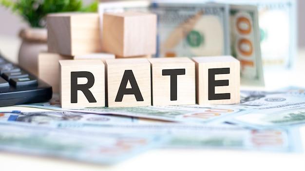 Współczynnik słów na kostkach drewna, banknotach i kalkulatorze. koncepcja biznesu, marketingu i handlu