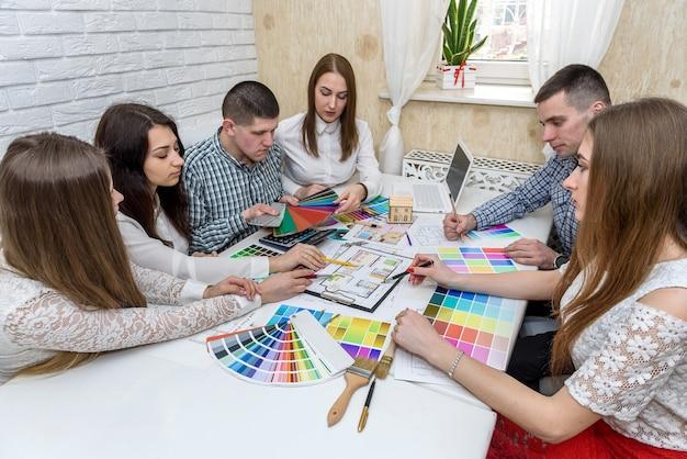 Wspólna praca ludzi biznesu pracujących nad projektem biznesowym w biurze