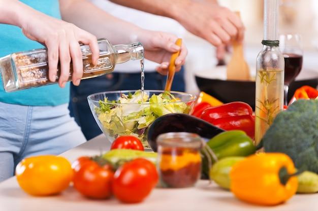 Wspólne gotowanie. zbliżenie pary przygotowującej jedzenie razem