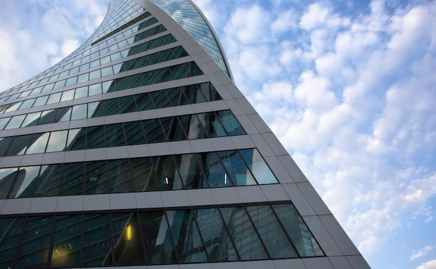 Wspólne nowoczesne wieżowce biznesowe, wieżowce, architektura wznosząca się ku niebu, słońce. pojęcia dotyczące finansów, ekonomii, przyszłości itp.