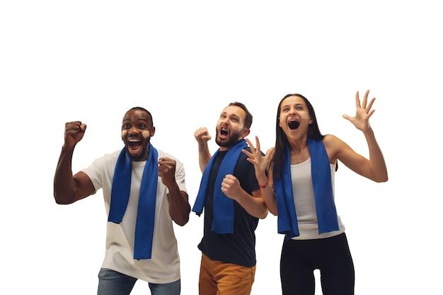 Wspólnota. wieloetniczni kibice dopingujący ulubioną drużynę z jasnymi emocjami na białym tle.