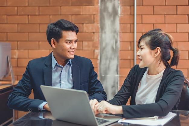 Współpraca biznesowa : dwóch biznesmenów negocjuje możliwość współpracy biznesowej.