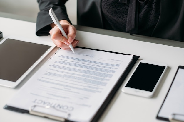 Współpraca i partnerstwo. relacje biznesowe. zbliżenie kobiece strony podpisywania umowy.