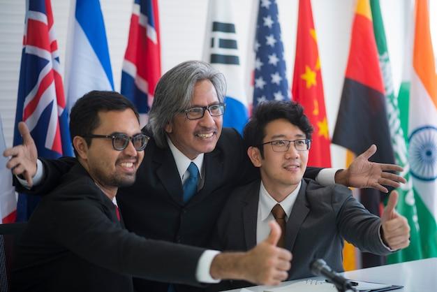 Współpraca międzynarodowych biznesmenów, flaga międzynarodowa