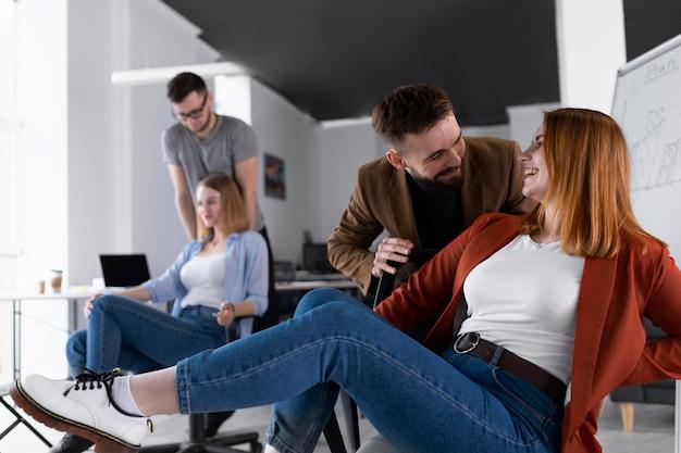 Współpracownicy bawią się w biurze