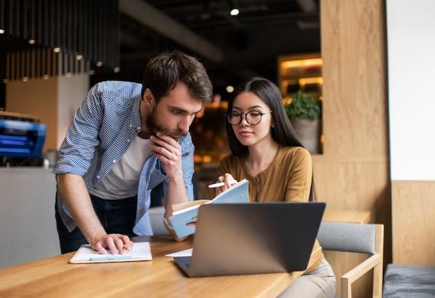 Współpracownicy biznesowi planujący uruchomienie, spotkanie, burzę mózgów, rozmowy, pracę w nowoczesnym biurze